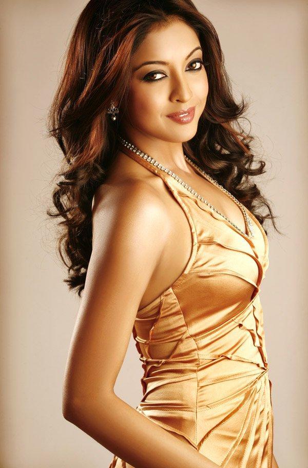 Sexy Tanushree Dutta Sweet Smiling Wallpaper