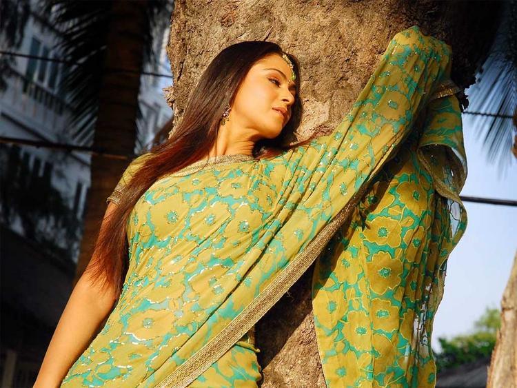 Simran In Saree Sexy Wallpaper