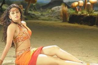Anushka Shetty Showing Her Sexy Things
