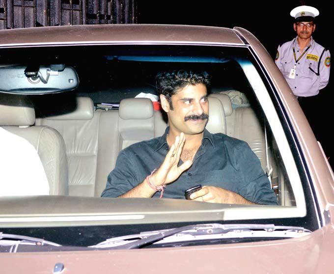 Sikander Kher Greets His Fans At Ritu Nanda New Year Bash