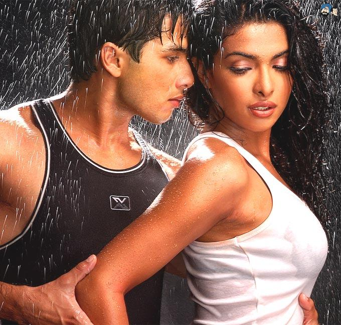 Shahid And Priyanka Romance Scene Photo From Movie Kaminey
