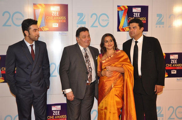 Ranbir And Rishi Kapoor With Vidya And Sidharth Posed For Camera At Zee Cine Awards 2013