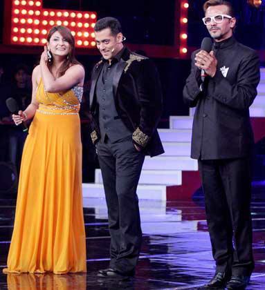 Salman With The Two Finalist Imam And Urvashi At Bigg Boss 6 Grand Finale