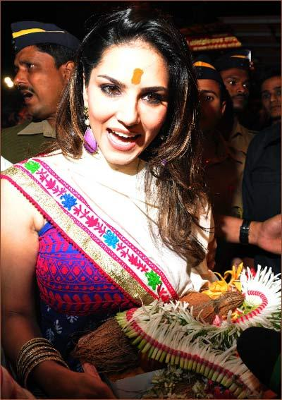 Sunny Leone Smiling Photo Clicked With Puja Thali During A Visit To Sidhibinayak