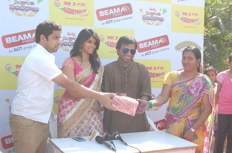 People Take Gift At Radio Mirchi Sankranthi Sambaralu 2013