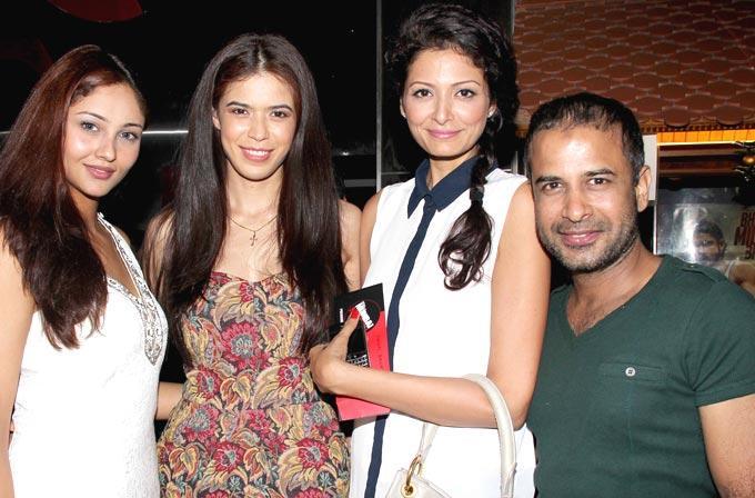 Sucheta With Friends Pose For Camera At Mumbai Mirror Screening