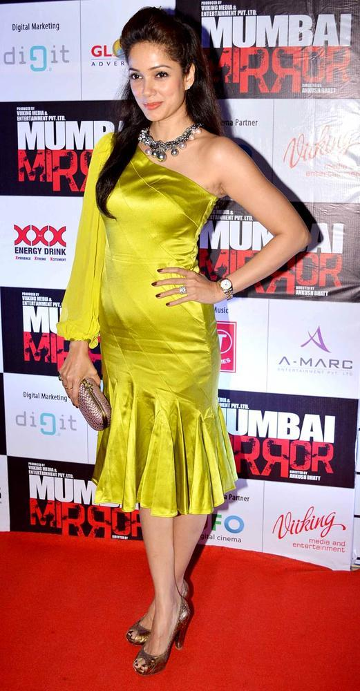 Vidya In A Yellow Chick Gown On Red Carpet At Mumbai Mirror Screening