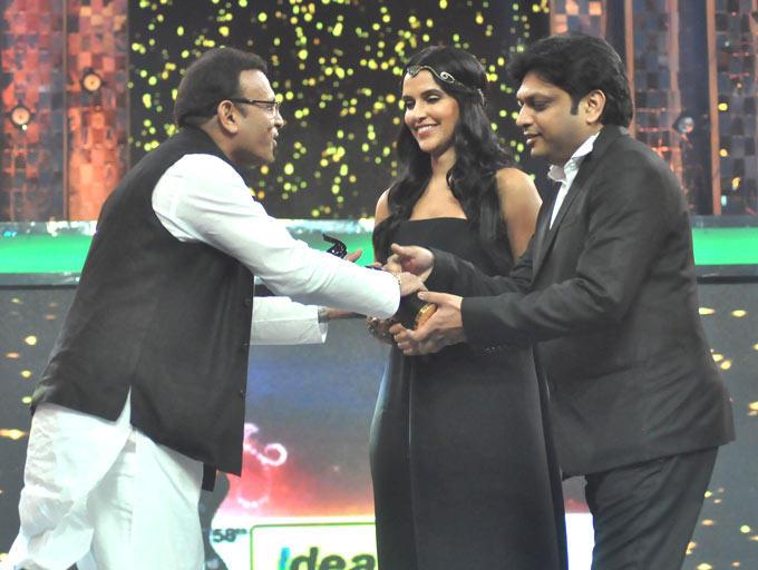Neha Presented The Award To Anu Kapoor At Filmfare Awards Function