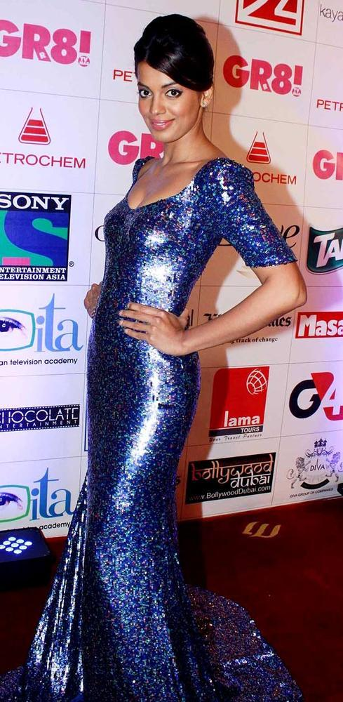Mughda Strikes A Pose In A Blue Chick Dress At Great Women Achievers Awards 2013