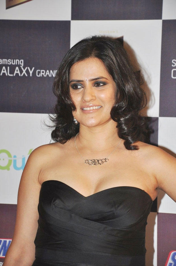 Hot Sona Mohapatra Cleavage Show Photo Clicked At 5th Radio Mirchi Music Awards