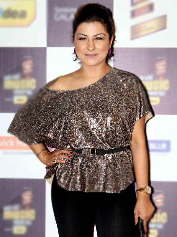 Hard Kaur Dazzles At Radio Mirchi Music Awards Red Carpet 2013