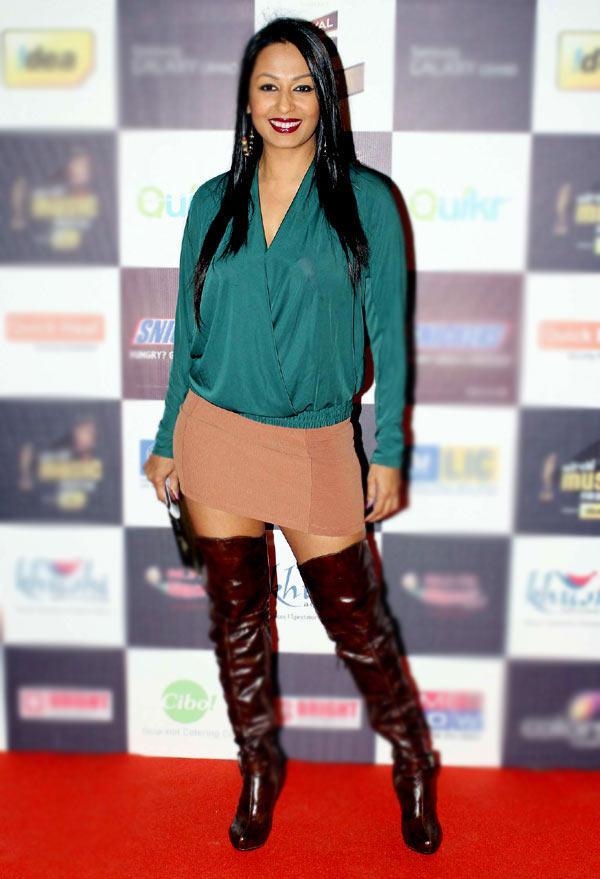 Kashmira Shah Fashionable And Glamour Look Pose At Radio Mirchi Music Awards Red Carpet 2013