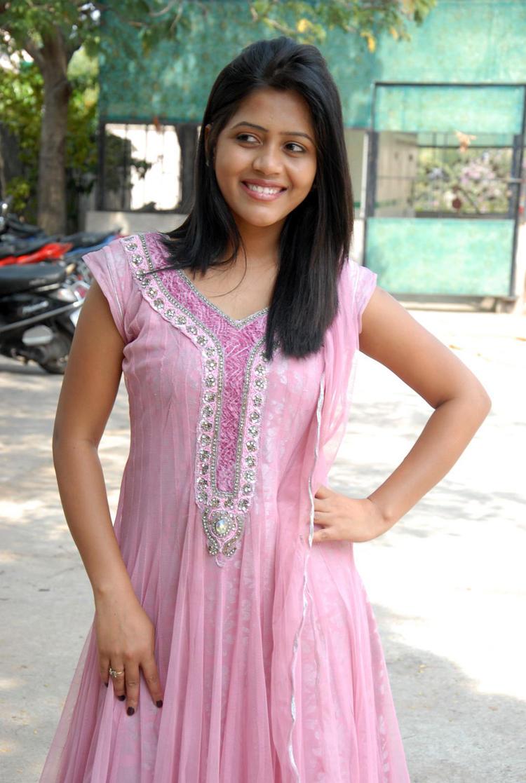 Smiling Sonali Clicked At Parinaya Wedding Fair 2013 Launch Event