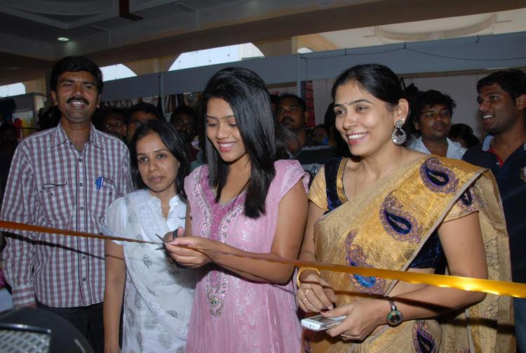 Sonali launches the Parinaya Wedding Fair Collections Showroom