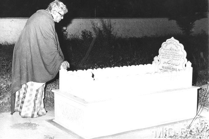 Prithviraj Kapoor Visiting Madhubalas Grave Photo Still