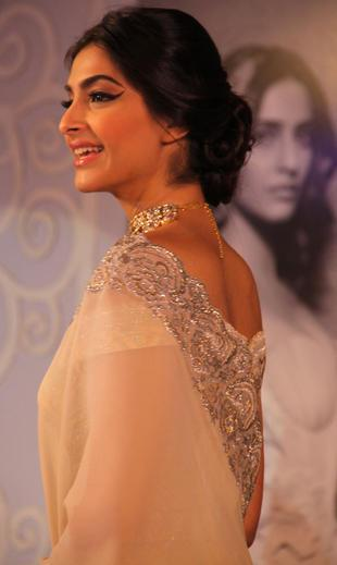 Sonam Kapoor Dazzling Face Look At GJEPC Press Conference 2013