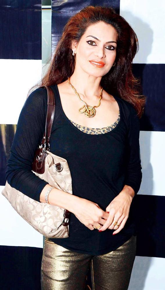 Lavinia Hansraj Walks In Solo At Gehna Valentine Evening Party 2013