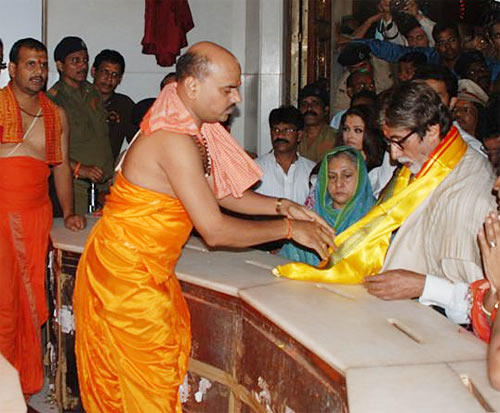 Amitabh And Jaya Prayers At Siddhivinayak Temple