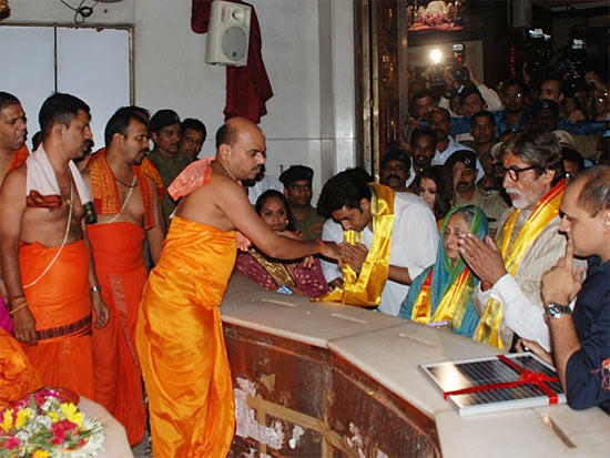 Amitabh,Jaya And Abhishek Spotted At Siddhivinayak Temple