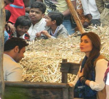 Kareena Kapoor Khan Dazzling Look On The Sets Of Satyagraha At Bhopal