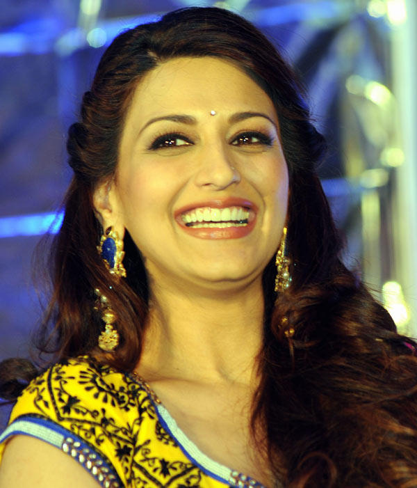 Sonali Bendre Smiling Look On The Sets Of India's Best Dramebaaz Show