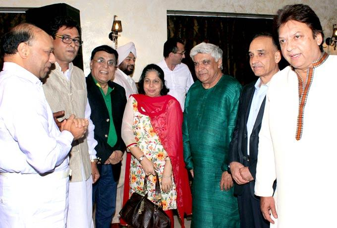 Javed And Shashi With Guests Pose For Camera At Mushaira Hosted By Kapil Sibal And Anu Ranjan