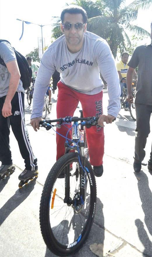 Salman Khan Posed With A Bicycle At Mumbai Car Free Day Rally