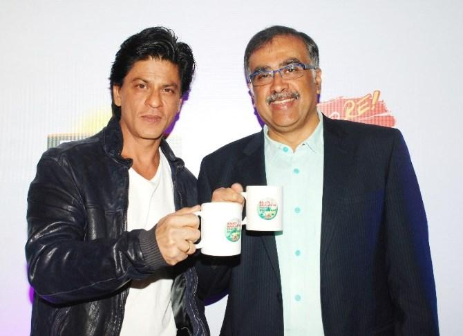 Shahrukh And Sanjiv Posed With Cup Of Tea At TATA Tea Jaago Re Press Conference