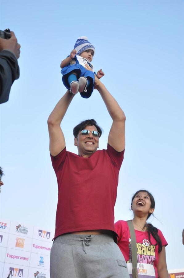 Akshay Hold A Child Photo Clicked At DNA I Can Womens Half Marathon