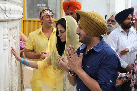 Veena Malik Offered Prayer With A Friend At Gurudwara