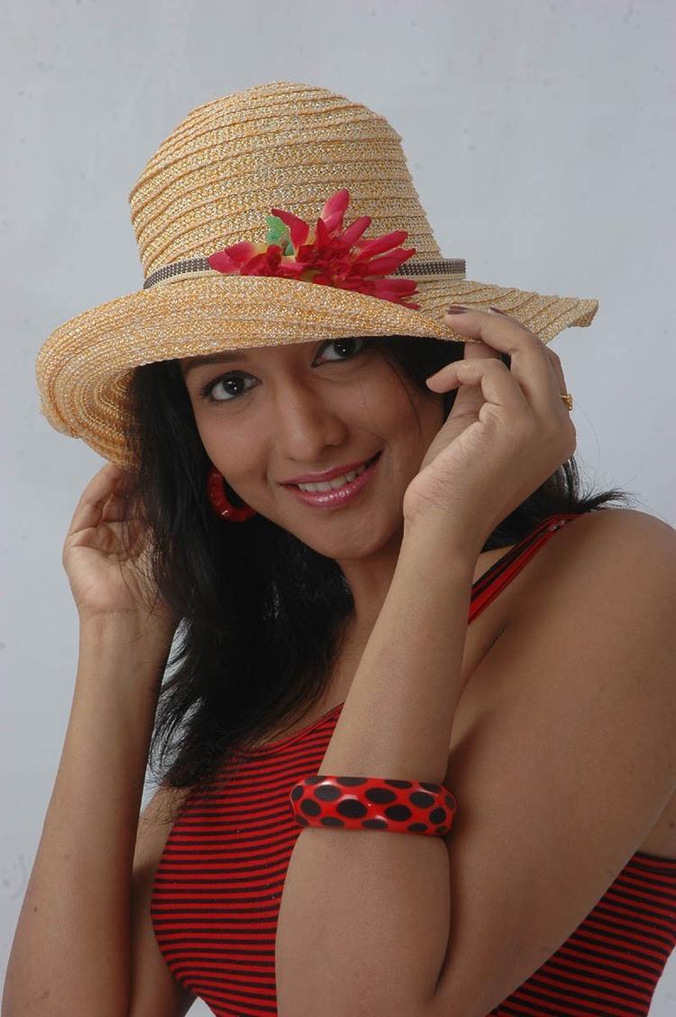 Ujjaini Glamour Look Photo Still From Movie Lavvata