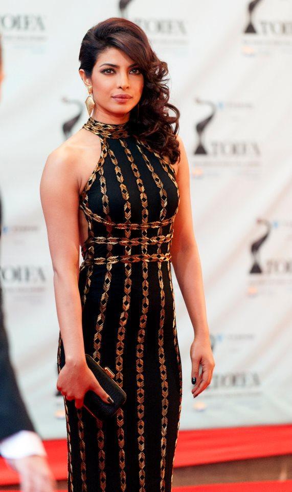Priyanka Chopra Dazzling Look At TOIFA 2013