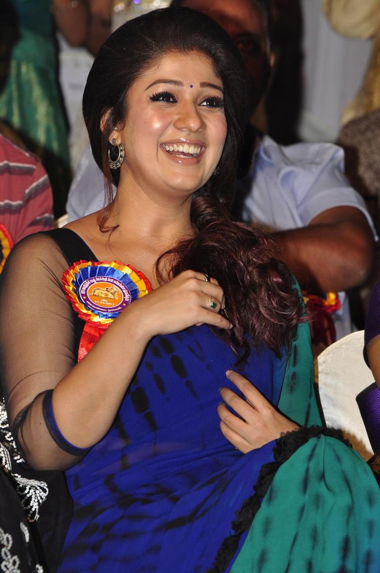 Nayanthara Cute Smiling Look At Nandi Awards 2011 Function