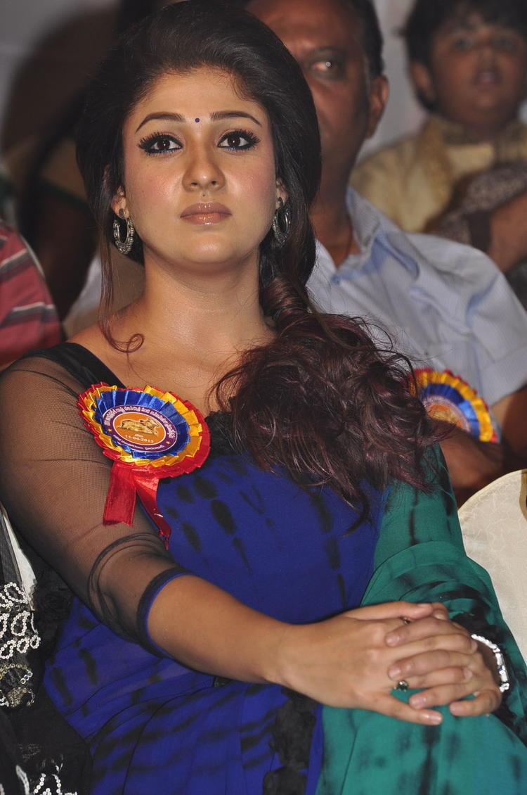 Nayanthara In Saree Glamour Look At Nandi Awards 2011 Function