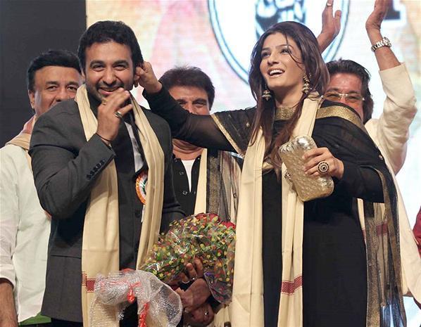 Raveena With A Celeb Smiling Photo Clicked At Baisakhi Festival Celebration