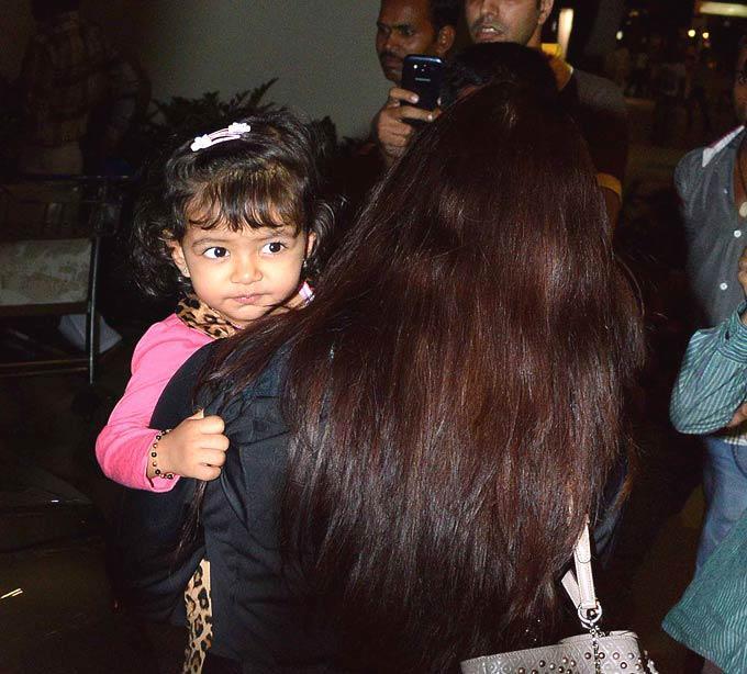 Aaradhya Bachchan Cute Look On Return From New York At Mumbai Airport