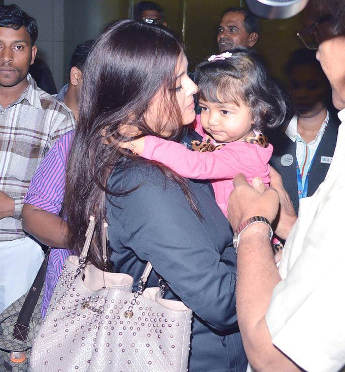 Aishwarya With Daughter Aaradhya On Return From New York At Mumbai Airport