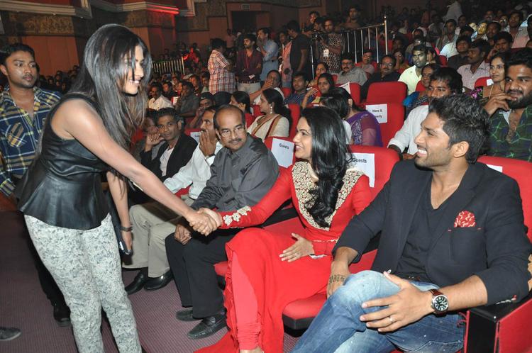 Amala Handshaked With Reshma And Allu Looks On At Iddarammayilatho Audio Launch Function