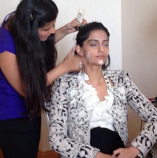 Namrata Soni Give Make Up To Sonam Kapoor Photo Still