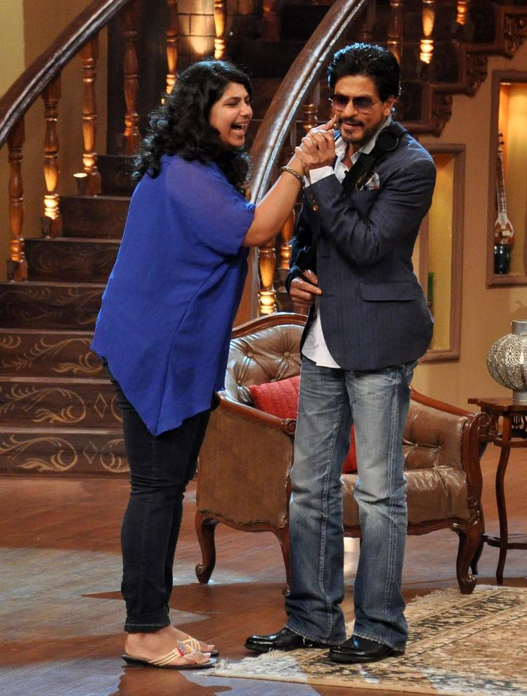 An Audience Cool Pinched SRK Cheeks On The Sets Of Comedy Nights With Kapil During The Promotion Of Chennai Express