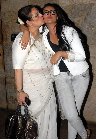 Poonam Kisses Her Daughter Sonakshi During The Special Screening Of Lootera Movie
