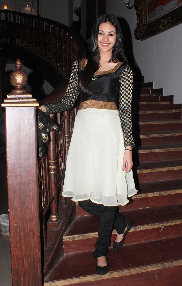 Amyra Dastur Stunning And Glamour Look During The Promotion Of Issaq Movie On The Sets Of Amita Ka Amit