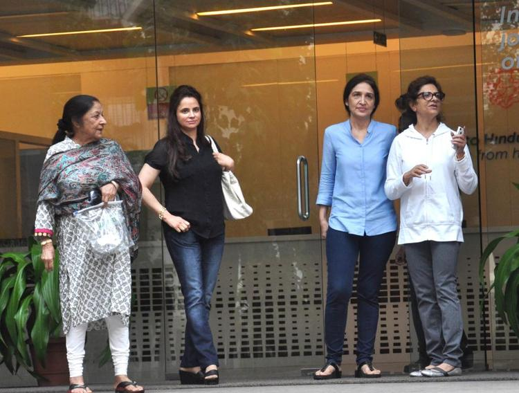 Hrithik Roshan's Mother Pinky Roshan With Her Relatives Outside The Hospital
