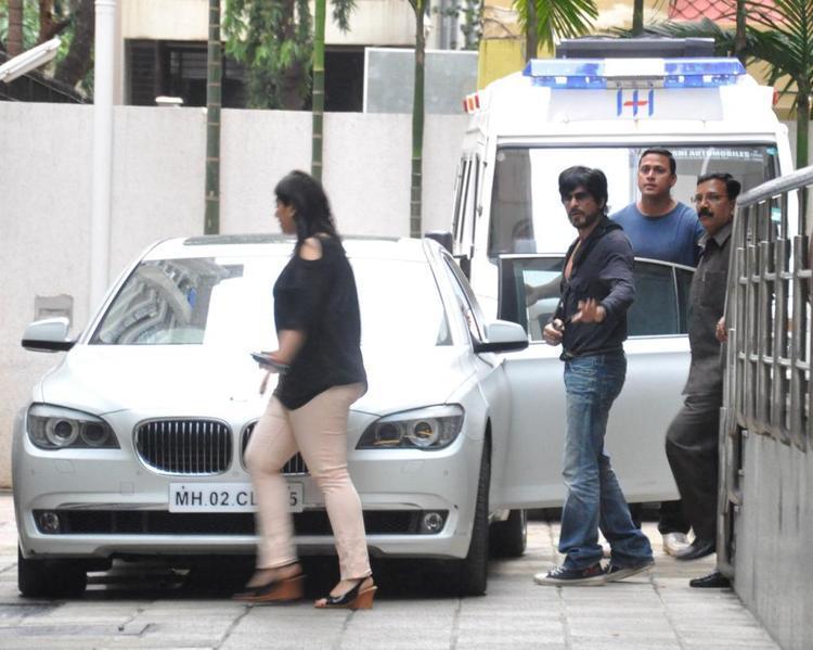 Shahrukh Khan Spotted Outside Of The Hinduja Hospital