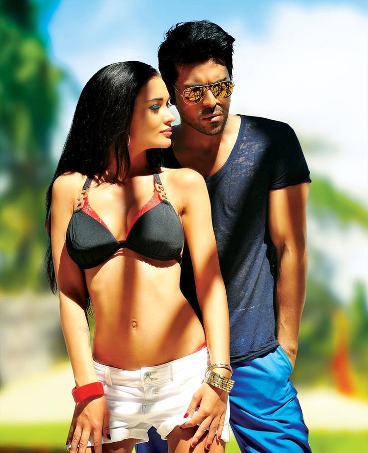 Amy Jackson And Ram Charan Hot Look Still From Yevadu Movie