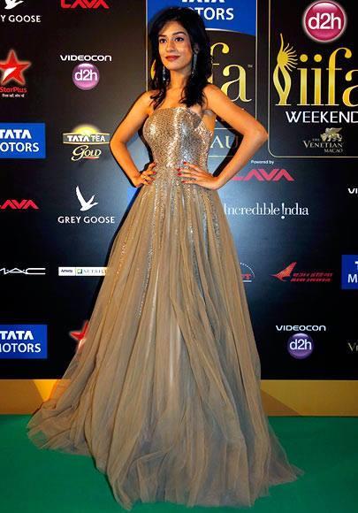 Bollywood Actress Amrita Rao Poses On The Green Carpet At 14th  IIFA Rocks 2013