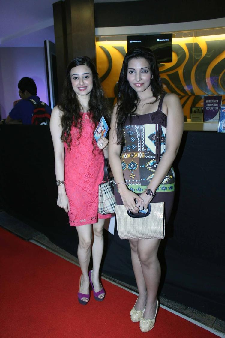 Hot Celebs Posed At The Premiere Of Bajatey Raho Movie