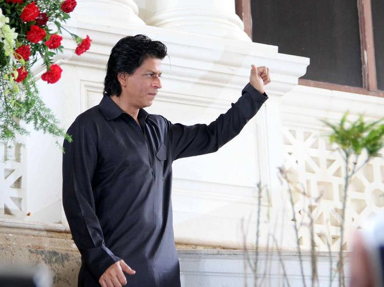 SRK Posed During The Celebration Of Eid At His Bungalow Mannat