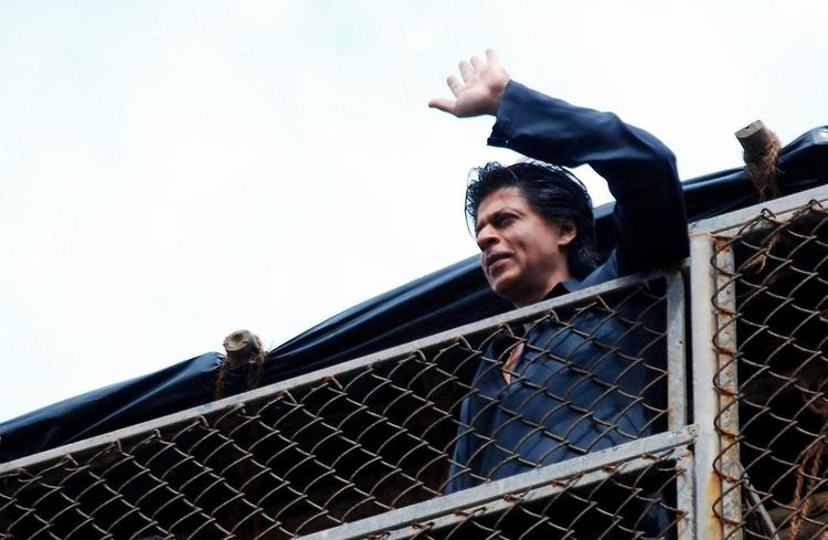 SRK Waves For Fans During The Celebration Of Eid At His Bungalow Mannat