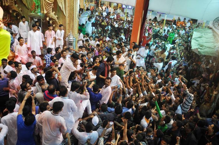 Ranbir Kapoor Surrounded With Crowd At Lalbaugcha Raja Ganpati Pandal In Mumbai